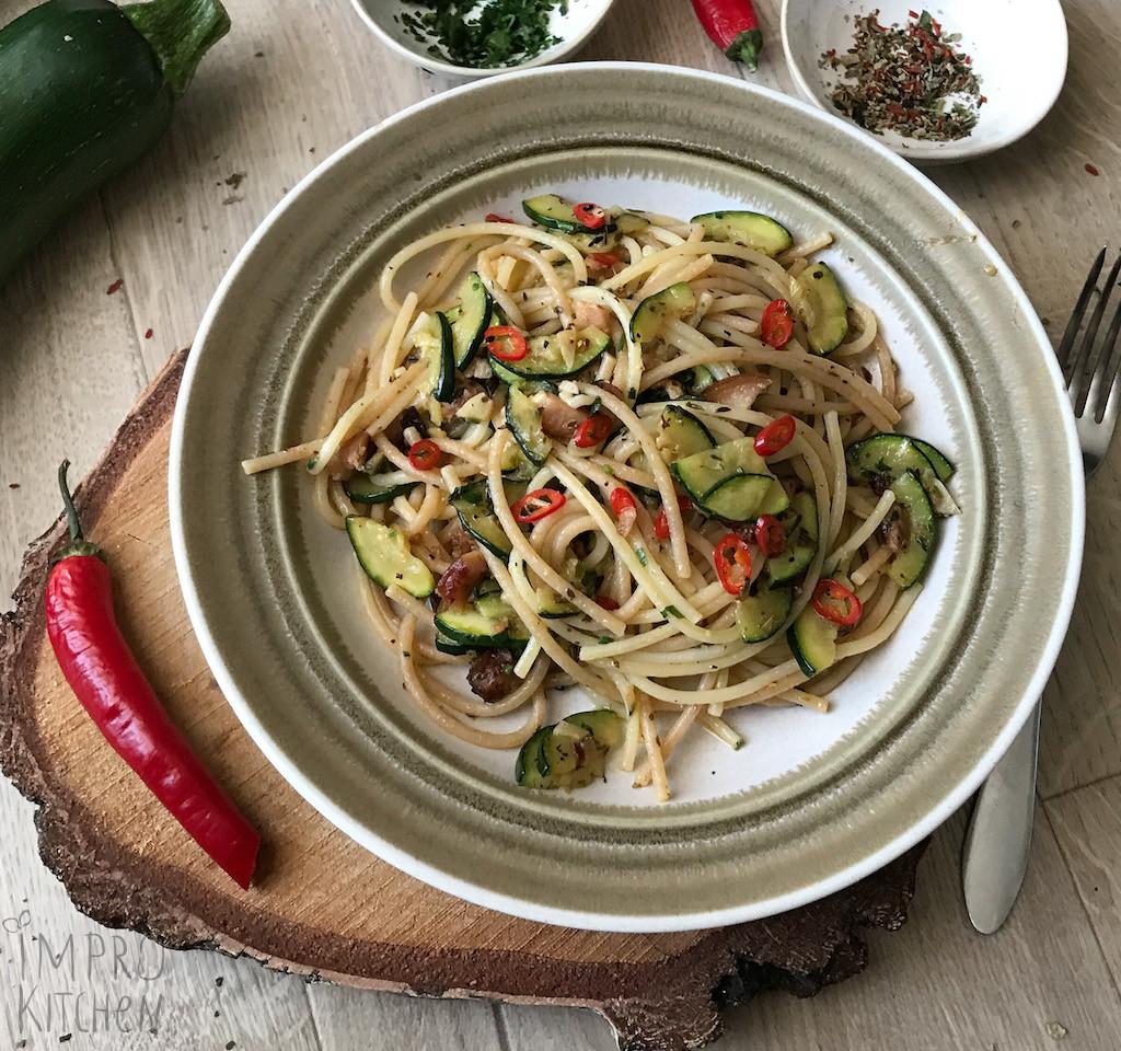 Spaghetti à la Aglio olio zcukinią, boczkiem ipapryczką