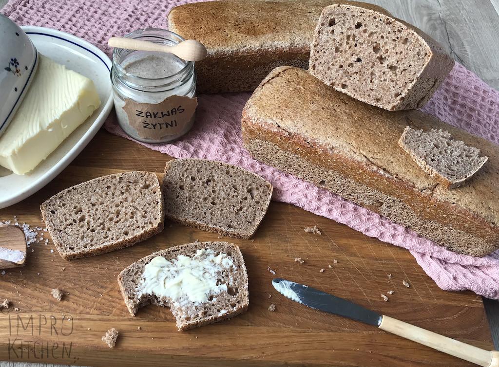 Domowy chleb nażytnim zakwasie zmasłem