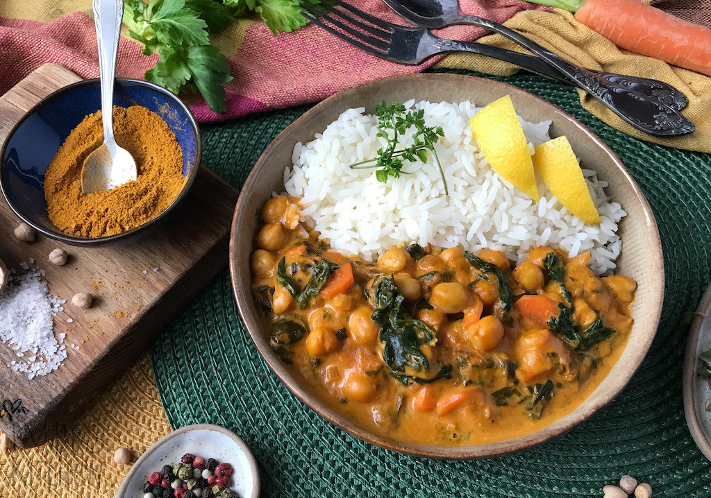 Curry pomidorowo - kokosowe zdodatkiem ciecierzycy, szpinaku imarchewki