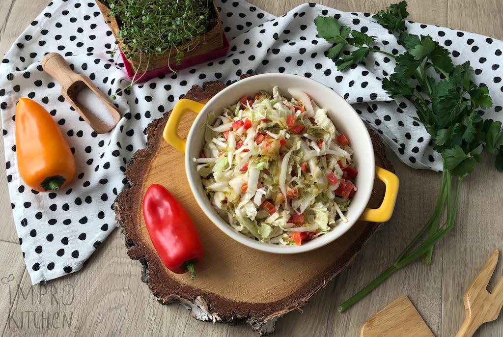 Surówka zkapusty pekińskiej zogórkiem konserwowym, papryczką, majonezem ijogurtem naturalnym