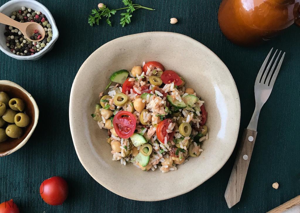 Wege sałatka zryżem, oliwkami ipomidorkami
