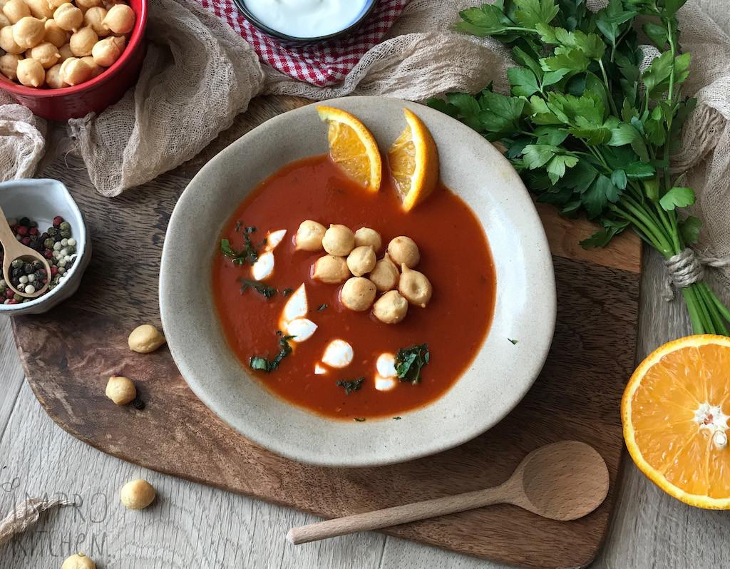 Zupa krem pomidorowo - pomarańczowa zgroszkiem ptysiowym